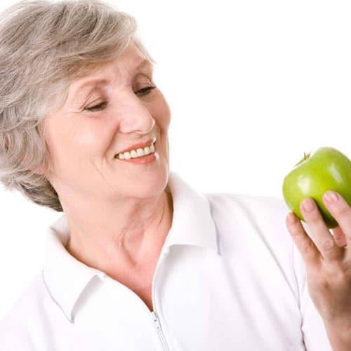 Manger avec une nouvelle prothèse dentaire